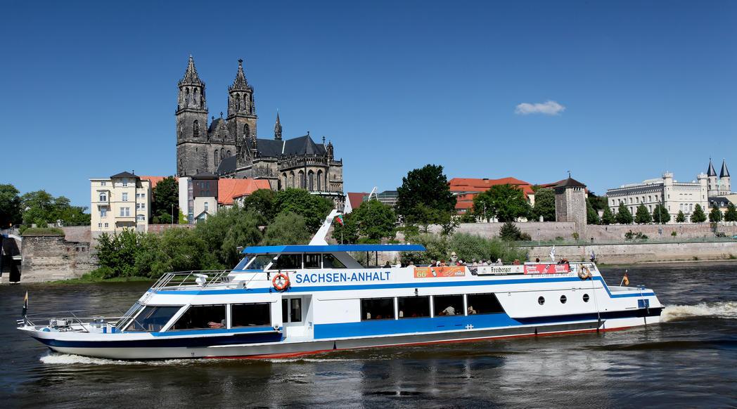 Schiff der Weißen Flotte auf der Elbe vor dem Magdeburger Dom