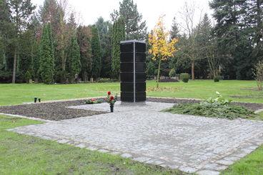 Urnengemeinschaftsgrabstätte mit Namenskennzeichnung auf dem Buckauer Friedhof