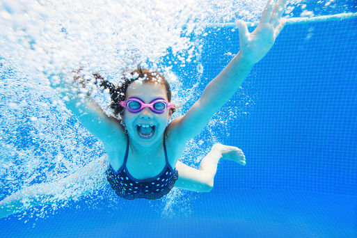 Child playing in swimming pool Foto: Sunny_studio Fotolia.com