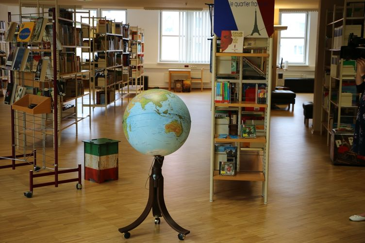 Der Globus in der Internationalen Bibliothek in der Stadtbibliothek