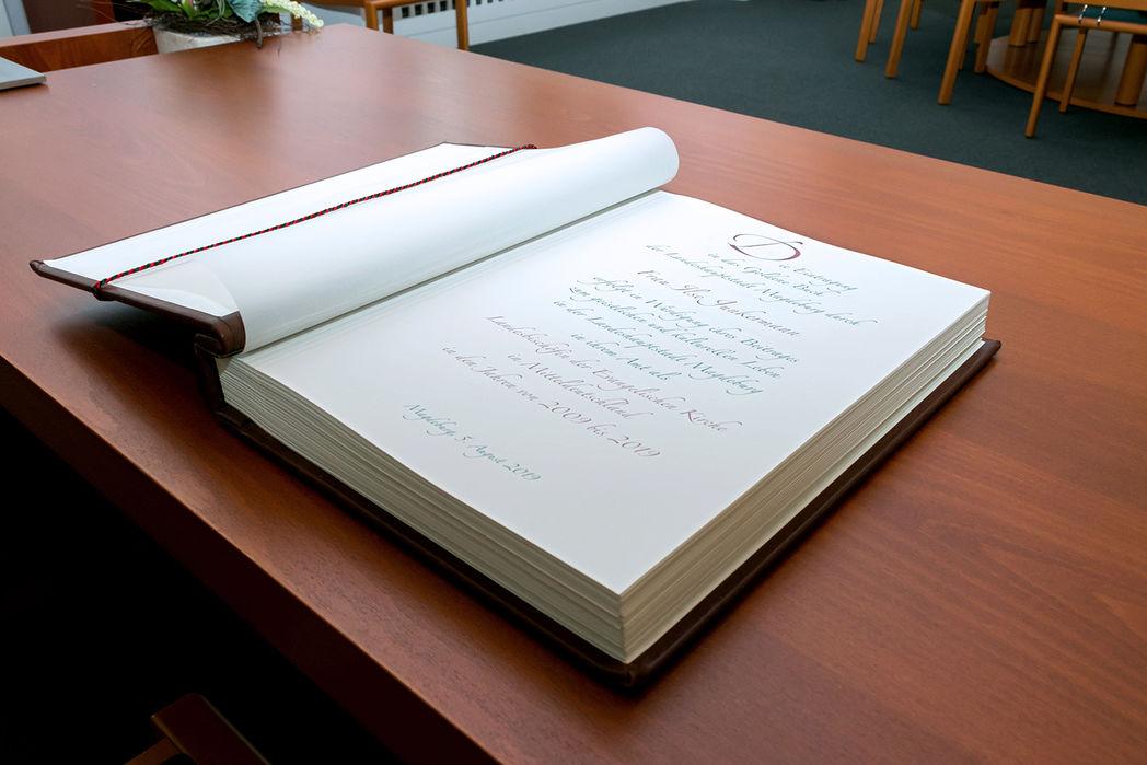 Das Goldene Buch mit dem Eintrag der Ilse Junkermann