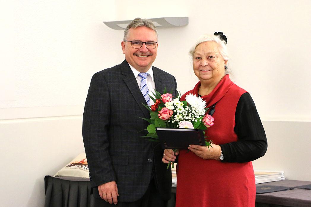 Bürgermeister Klaus Zimmermann und die Geehrte Christa Fielicke