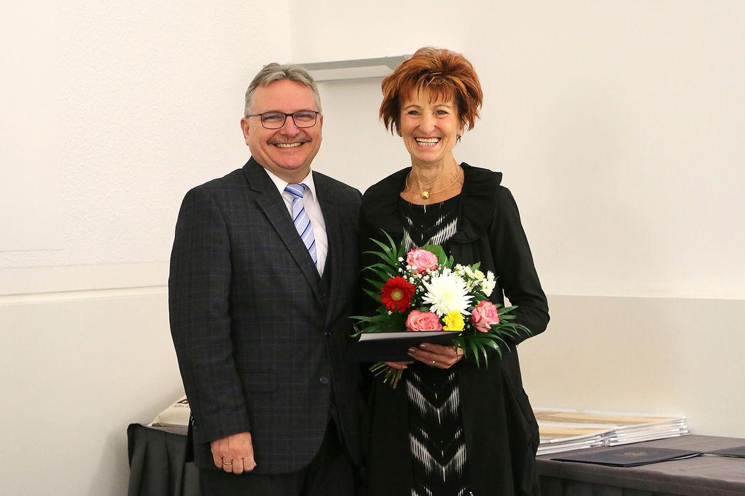 Bürgermeister Klaus Zimmermann und die ausgezeichnete Einwohnerin Ulrike Eisel