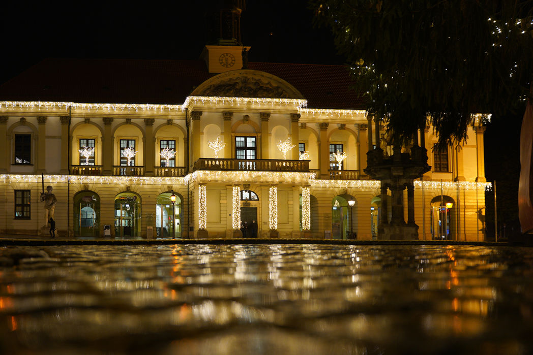 Das Rathaus auf dem Alten Markt bei der Eröffnung der Lichterwelt 2020