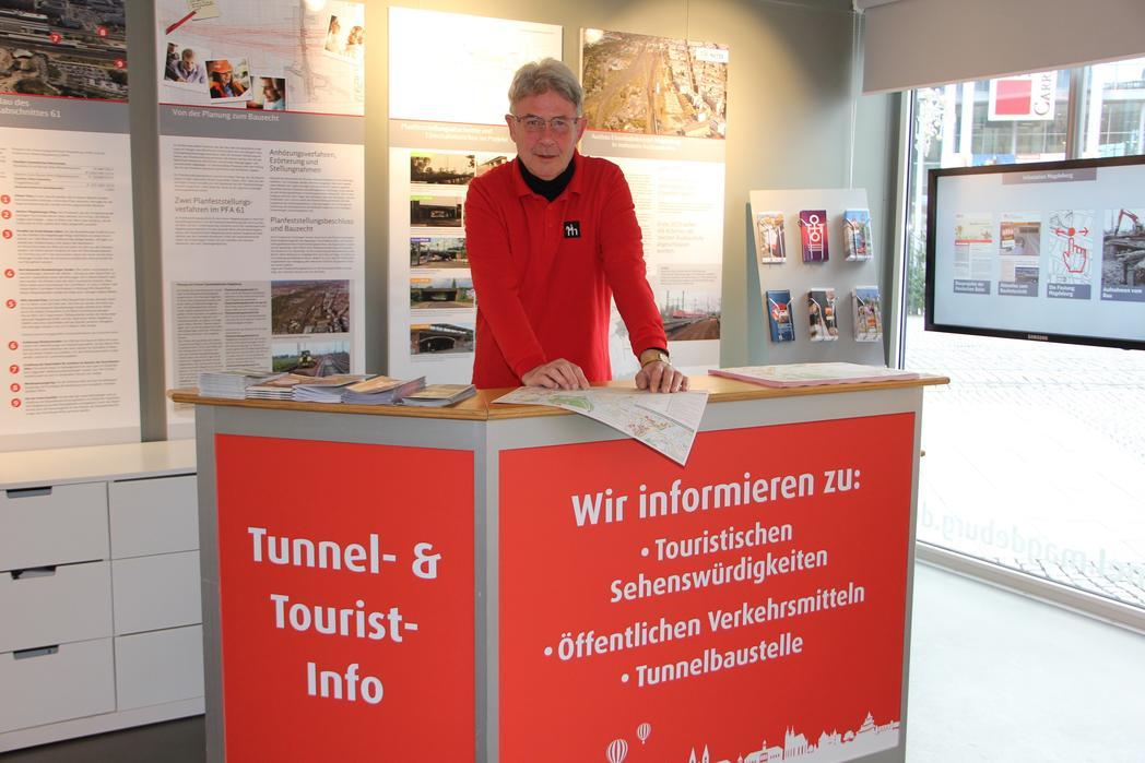 Gästeführer Harald Weiß steht in der neuen Tourist-Info für Fragen zur Verfügung©Magdeburg Marketing