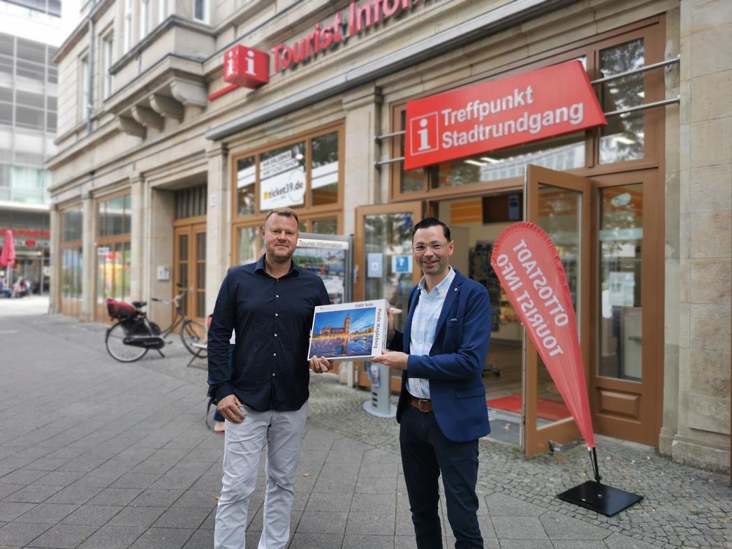 Fotograf Gunnar Feierabend (links) und Marcel Franke, Leiter der Tourist Information Magdeburg, mit dem neuen Magdeburg-Puzzle © Magdeburg Marketing