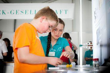 Wissenschaflter des Max Planck-Institutes während des Wissenschaftssommers 2010 im Gespräch mit Schülern Foto: I.Hendel / WiD